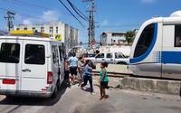 Vídeo: van estaciona nos trilhos e VLT é obrigado a parar