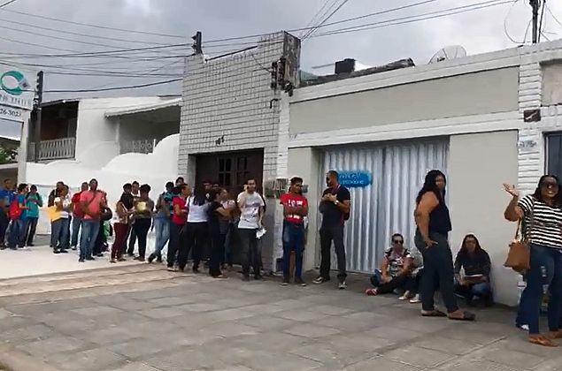 Centenas de pessoas formam fila para garantir vaga em feira de empregos em Maceió