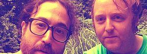 Sean Ono Lennon e James McCartney postaram uma selfie juntos no Instagram e chamaram a atenção dos fãs pela semelhança com seus pais