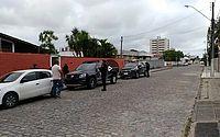 Mandado de busca e apreensão foi cumprido na casa de dois suspeitos em Maceió.