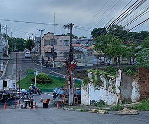 Poste pega fogo e prejudica fornecimento de internet e telefonia em vários bairros de Maceió