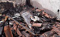 Morador mostra destruição de casa após incêndio no Benedito Bentes