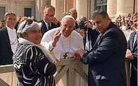 Passando lua de mel na Europa, Mano Walter recebe benção do Papa Francisco