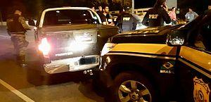 Carro usado por sequestradores bateu na viatura da PRF durante perseguição.