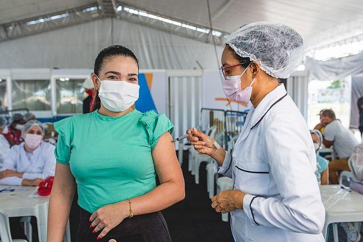 Do total de 712.933 pessoas com 18 anos ou mais aptas a tomar a vacina em Maceió, conforme o público estabelecido pelo Ministério da Saúde, 689.802 pessoas já tomaram pelo menos uma dose da vacina
