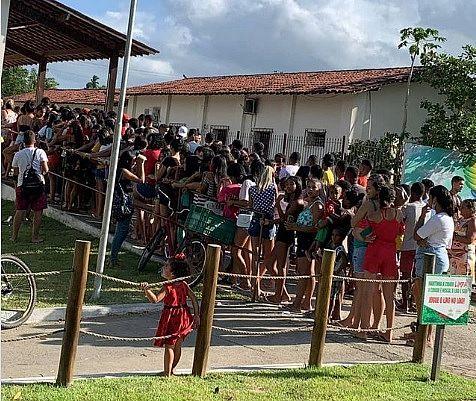 Dezenas de pessoas se aglomeram em fila para teste da Covid-19 na cidade de Capela