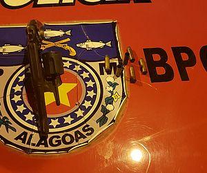 Arma foi encontrada ao lado do corpo do suspeito