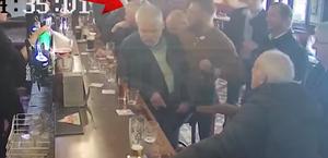 Vídeo: Conor McGregor é flagrado agredindo um senhor em bar irlandês