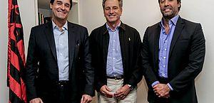 Gabriel Pentagna Guimarães (diretor presidente do BS2), à esquerda, e Rodrigo Pentagna Guimarães (vice-presidente comercial do BS2), à direita do presidente Rodolfo Landim