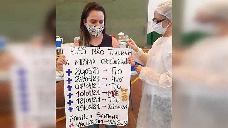 Adolescente levou um cartaz com as datas da morte de familiares, que sucumbiram à Covid-19 sem poder ter acesso à vacina