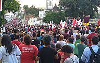 Manifestantes saem em passeata pelas ruas de Maceió