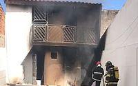 Incêndio destrói residência próximo ao aeroporto, em Rio Largo