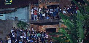 Polícia dispersa torcedores aglomerados em terraço que assistiam à Tombense x Vasco