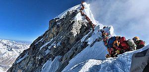 Sobe para dez número de alpinistas mortos no monte Everest
