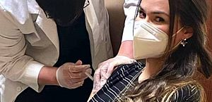 Nos EUA, Fernanda Machado é vacinada contra a Covid e recorda perda da tia