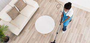Mulher rica faz seis horas de trabalho doméstico a menos que mulher pobre, diz IBGE