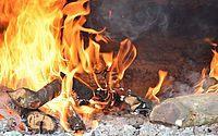 Fogueiras e fogos não estão proibidos neste São João, mas há recomendação contrária
