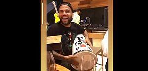 Com braço lesionado, Daniel Alves posta vídeo tocando percussão e causa polêmica