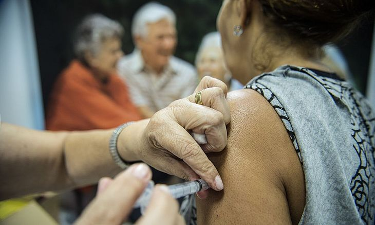 Alagoas vai aplicar terceira dose de vacinas contra a Covid em idosos
