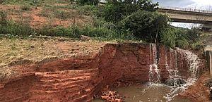 Bombeiros e Defesa Civil monitoram fissuras em barragem Ipanema; vídeo