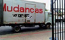 Caminhões de mudança são vistos constantemente pelo bairro do Pinheiro