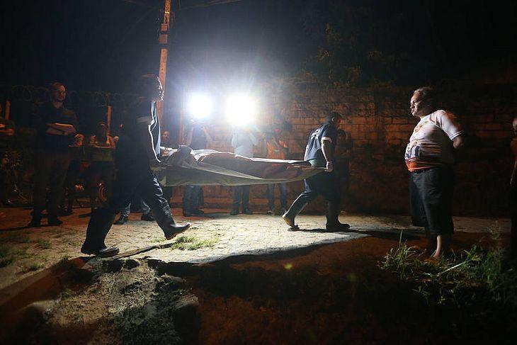 Policiais aguardam a chegada do IML para retirar corpo estrangulado em Pernambuco