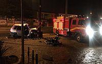 Carro bate em poste e três ficam feridos na Avenida Menino Marcelo