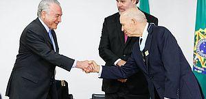 Presidente da República, Michel Temer, cumprimenta o professor José Gomes Canotilho