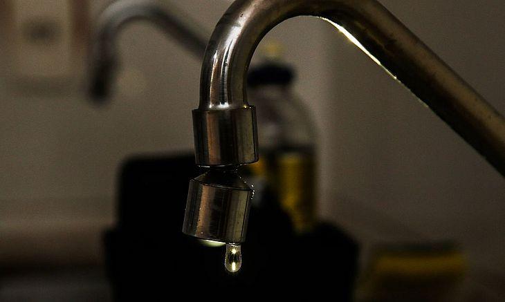 Fornecimento de água está comprometido em bairros de Maceió devido a manutenção de poços