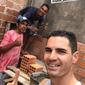 Jogadores de time da Série B ajudam na construção da casa de massagista