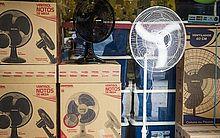 Ventiladores à venda em uma loja da rua Teodoro Sampaio, em Pinheiros, São Paulo Ocorreram crescimentos consecutivos na procura por ar condicionados em novembro (85%), dezembro (203%) e janeiro (317%), em comparação ao ano anterior
