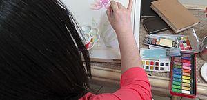 Exposição de aquarelas revela emoções de artista em enfrentamento do câncer de mama