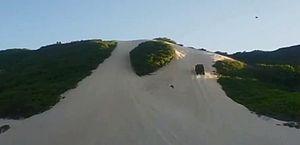 Carro despenca duna abaixo e capota várias vezes no Rio Grande do Norte; vídeo