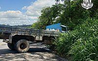 Caminhão teria perdido o freio e colidiu em barranco, na ladeira da Usina Caetés