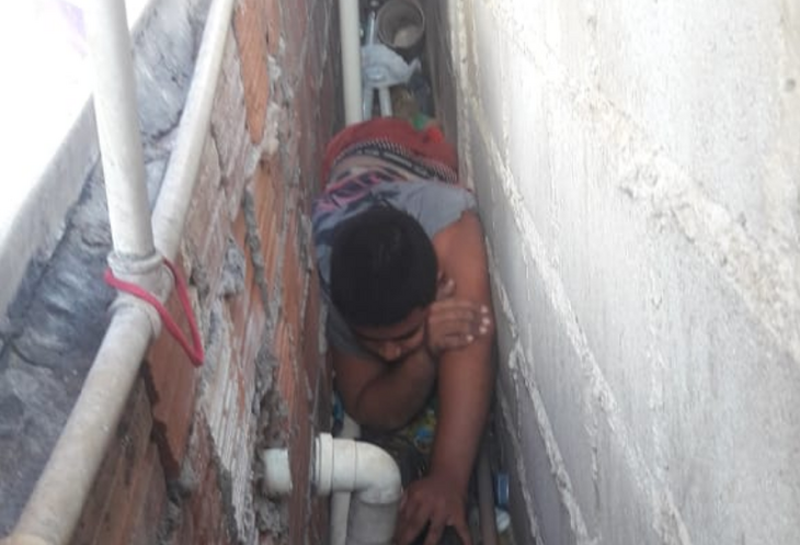 Menino ficou preso entre duas paredes