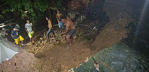 Quintal de casa desmorona e atinge outras duas residências em grota no Jacintinho