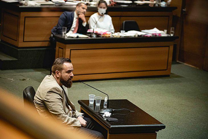 O engenheiro Leniel Borel de Almeida Junior, pai do menino Henry Borel Medeiros, depoe sob olhares do advogado Thiago Minage e Monique Medeiros, durante a realizacao da primeira audiencia do caso Henry Borel Medeiros, no Tribunal de Justica do RJ