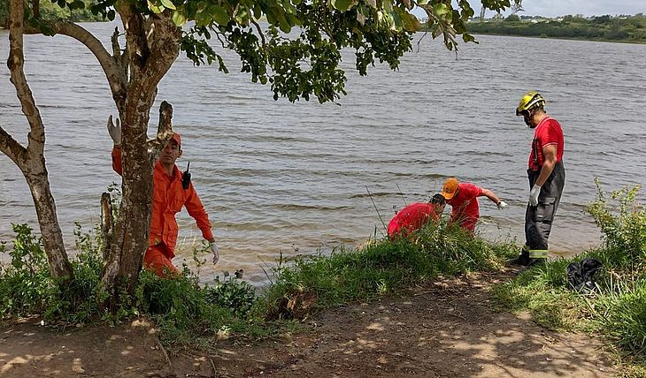 Equipe do Corpo de Bombeiros retirou corpo do Lago da Perucaba