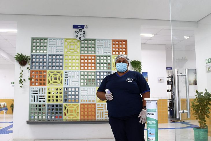 Escolas estão equipadas com EPIs, totens de higienização das mãos com álcool gel e eletroeletrônicos