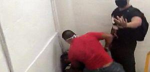 Jovem negro é agredido e ameaçado em shopping no Rio ao tentar trocar relógio