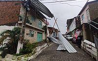 Ventania arranca telhado e atinge poste de energia no Jacintinho