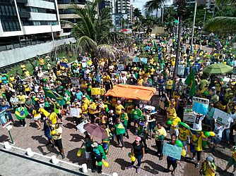 Apoiadores de Bolsonaro vão às ruas em Maceió