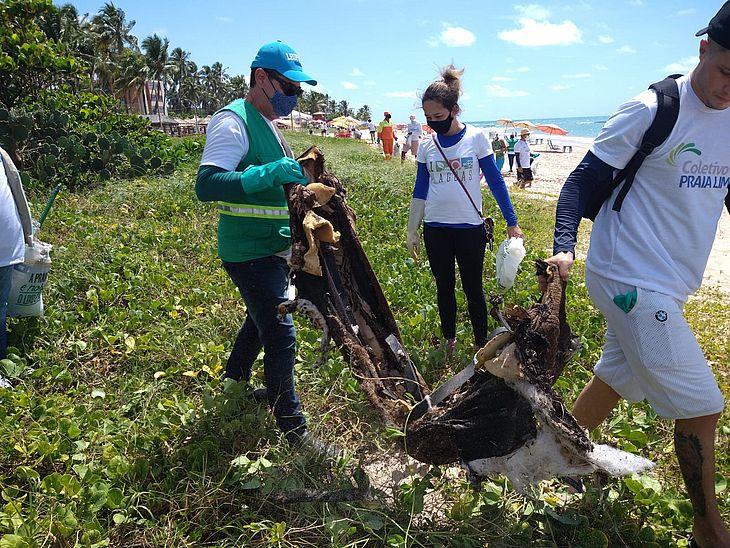 Vários materiais inservíveis foram retirados da Praia de Guaxuma neste sábado