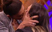 Juliana Paes tasca beijão em Tatá Werneck em programa de TV