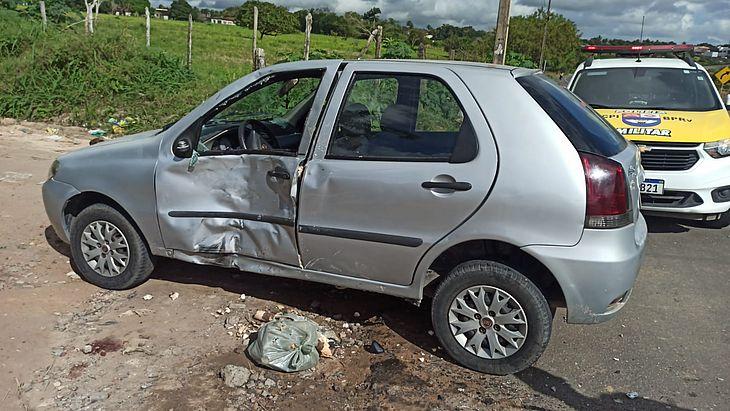 Os condutores dos veículos sofreram ferimentos leves e foram conduzidos para atendimento médico