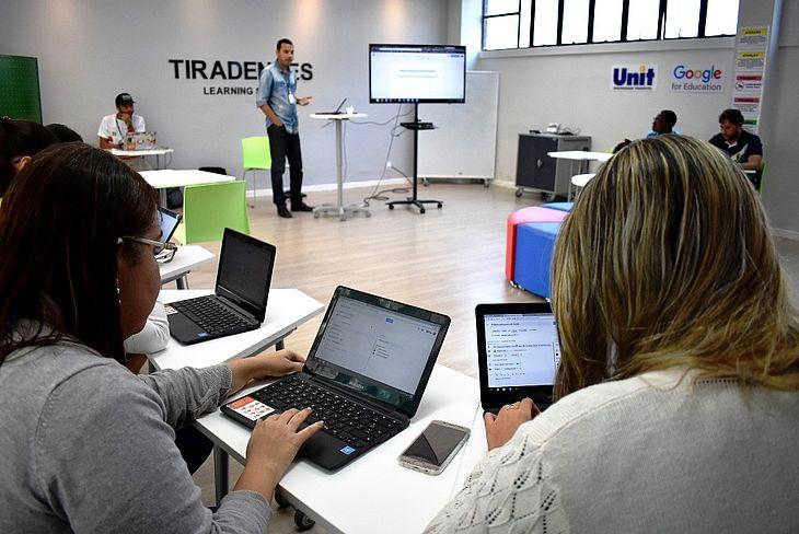 Uso de computadores e tablets permitem acesso a sistemas modernos de aprendizagem, que eliminam a necessidade de xerox e pen-drives para guardar conteúdos