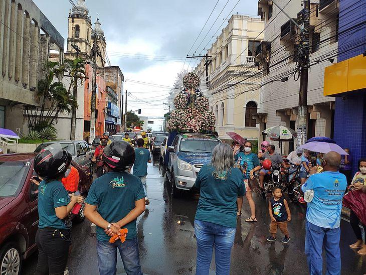 Devotos acompanham imagem de Nossa Senhora dos Prazeres pelas ruas do Centro