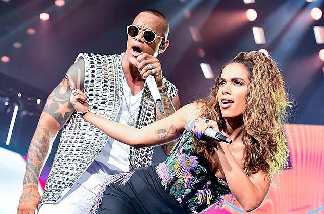 Anitta e Léo Santana protagonizam cena simulando sexo durante show