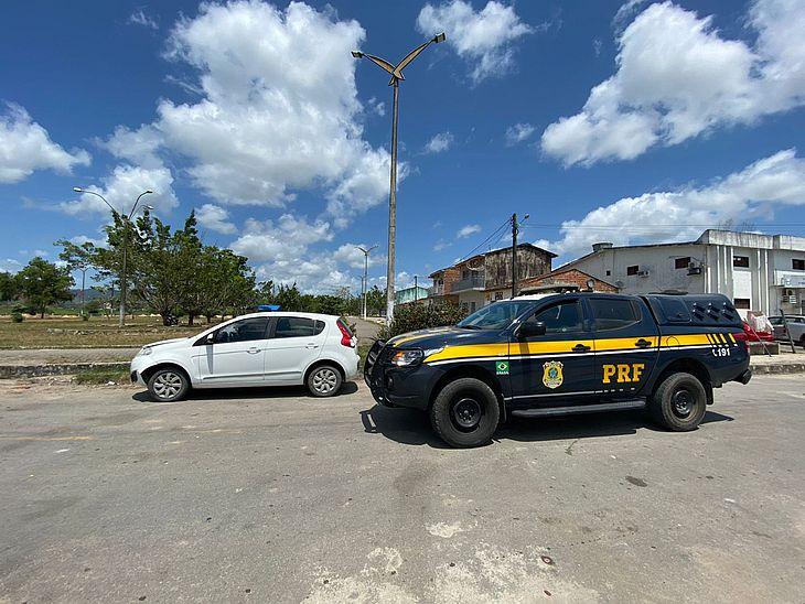 Após interceptar veículo, PRF descobriu que um dos suspeitos tem passagens por roubo e estupro