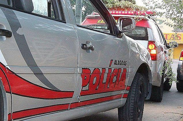 Homem rouba posto de gasolina, troca tiros com a polícia e é preso, em Maceió